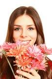Портрет счастливой девушки с gerberas на белом конце предпосылки Стоковая Фотография