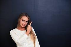 Портрет счастливой девушки указывая палец вверх Стоковые Фотографии RF