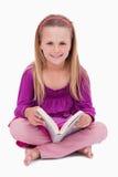 Портрет счастливой девушки читая книгу Стоковое фото RF