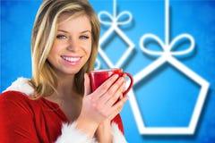 Портрет счастливой женщины в костюме santa имея кофе Стоковые Изображения RF