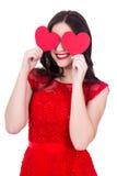 Портрет счастливой женщины в красном заволакивании платья наблюдает с pape 2 Стоковые Изображения RF