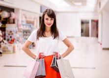 Портрет счастливой женщины держа хозяйственные сумки Стоковые Изображения