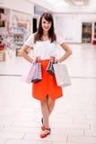 Портрет счастливой женщины держа хозяйственные сумки Стоковые Изображения RF