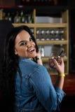 Портрет счастливой женщины имея коктеиль Стоковая Фотография RF
