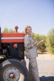Портрет счастливой женщины используя цифровую таблетку в прованской ферме Стоковое Изображение