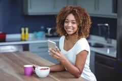Портрет счастливой женщины используя smartphone с едой Стоковое Фото