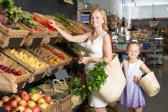 Портрет счастливой женщины и девушки радостно ходя по магазинам стоковое фото