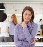 Портрет счастливой женщины на офисе Стоковое Изображение