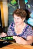 Портрет счастливой женщины на ресторане Стоковые Фотографии RF