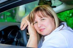 Портрет счастливой женщины нового автомобиля стоковые изображения
