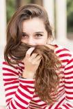 Портрет счастливой женщины покрывает ее сторону с волосами, жуликом стиля причёсок Стоковое Изображение