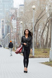 Портрет счастливой женщины после ходить по магазинам в городе Стоковое Изображение RF