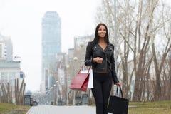 Портрет счастливой женщины после ходить по магазинам в городе Стоковое фото RF