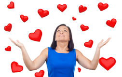 Портрет счастливой женщины под красным дождем сердец падая вниз Стоковое Изображение