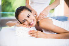 Портрет счастливой женщины получая массаж Стоковое Изображение