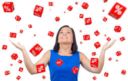 Портрет счастливой женщины празднует успех под скидки в Стоковая Фотография