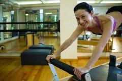 Портрет счастливой женщины практикуя протягивающ тренировку Стоковая Фотография RF