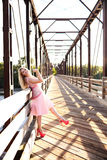 Портрет счастливой женщины представляя на деревянном мосте Стоковое фото RF