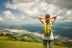 Портрет счастливой женщины путешественника при рюкзак стоя на верхней части o стоковое изображение rf