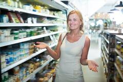 Портрет счастливой женщины радостно ходя по магазинам стоковые фото