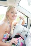 Портрет счастливой женщины сидя в автомобиле Стоковое Изображение RF