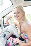 Портрет счастливой женщины сидя в автомобиле Стоковые Фотографии RF