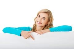 Портрет счастливой женщины с пустой доской Стоковые Изображения RF