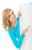 Портрет счастливой женщины с пустой доской Стоковое Изображение RF