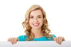 Портрет счастливой женщины с пустой доской Стоковая Фотография