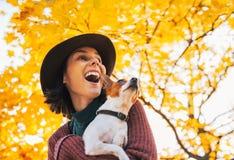 Портрет счастливой женщины с собакой outdoors в осени Стоковые Фото