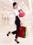 Портрет счастливой женщины с хозяйственными сумками цвета. Стоковое Изображение RF