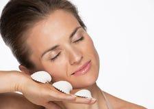 Портрет счастливой женщины с seashells Стоковые Фотографии RF