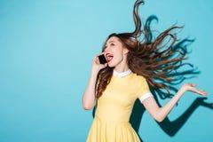 Портрет счастливой жизнерадостной девушки с длинными красивыми волосами Стоковая Фотография RF