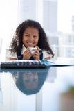 Портрет счастливой коммерсантки держа кофейную чашку на столе Стоковое фото RF