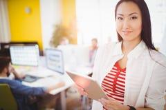 Портрет счастливой коммерсантки используя планшет на творческом офисе Стоковые Изображения RF