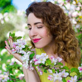 Портрет счастливой красивой девушки в саде лета Стоковые Изображения RF