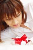 Портрет счастливой красивой женщины с коробкой подарка Стоковые Изображения