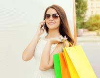Портрет счастливой красивой молодой усмехаясь женщины с хозяйственными сумками Стоковая Фотография