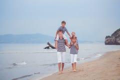 Портрет счастливой красивой семьи около моря Стоковое Фото