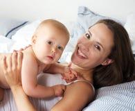 Портрет счастливой матери и милого усмехаться младенца Стоковые Фотографии RF