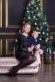 Портрет счастливой матери и прелестный младенец празднуют рождество Праздники ` s Нового Года Малыш с мамой в festively украшенно стоковые фотографии rf