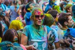 Портрет счастливой милой девушки на фестивале цвета holi Стоковая Фотография