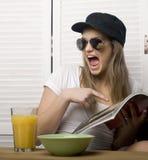 Портрет счастливой милой девушки с завтраком Стоковая Фотография