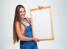 Портрет счастливой милой женщины держа пустую доску Стоковое фото RF