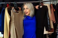 Портрет счастливой молодой белокурой женщины в магазине одежды Стоковые Изображения