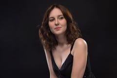 Портрет счастливой молодой женщины брюнет стоковые изображения rf