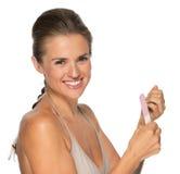 Портрет счастливой молодой женщины используя пилочку для ногтей Стоковое Фото