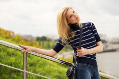 Портрет счастливой молодой женщины моды внешней стоковое изображение