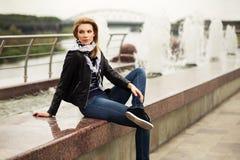 Портрет счастливой молодой женщины моды внешней стоковые фотографии rf
