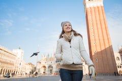 Портрет счастливой молодой женщины на аркаде Сан Marco, Венеции Стоковая Фотография RF